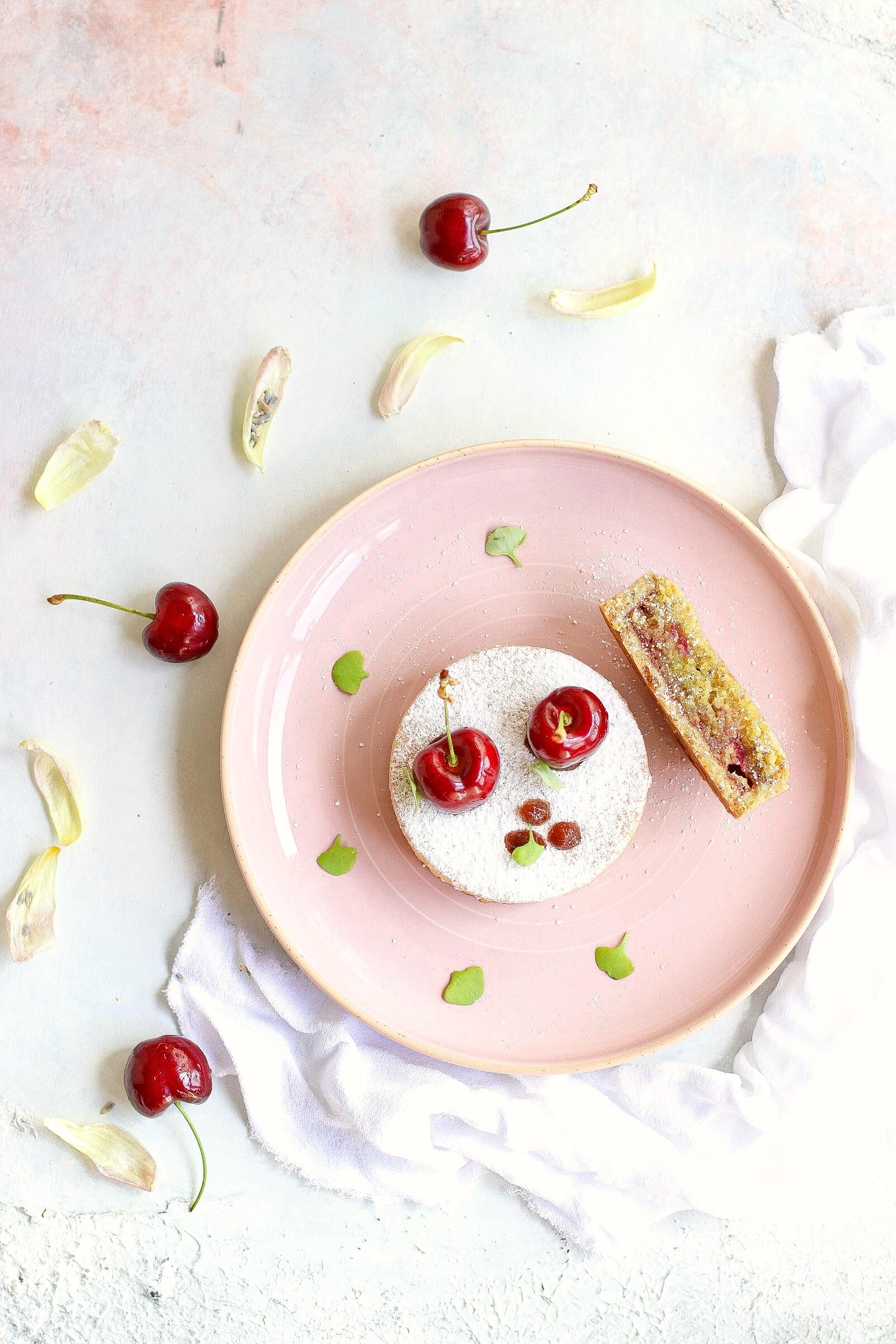 Tartellette con crema frangipane e ciliegie